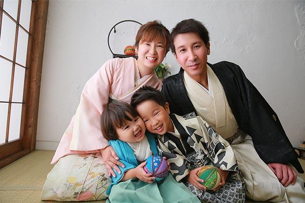 七五三記念の家族集合写真
