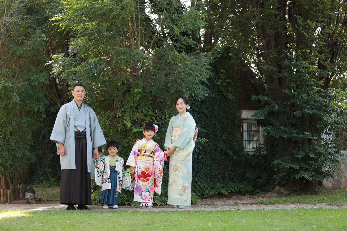 七五三お庭での家族写真